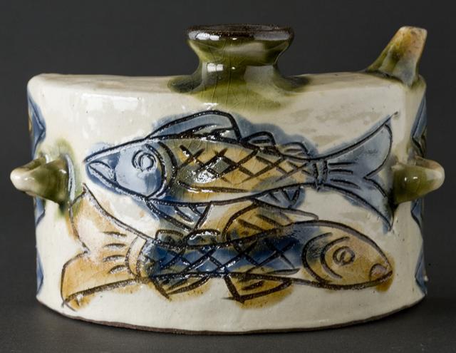壷屋焼作家「島袋常戸作」の線彫双魚文抱瓶-01