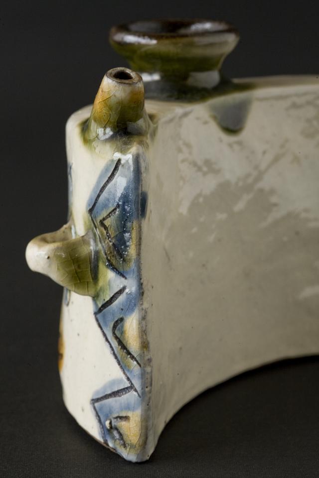 壷屋焼作家「島袋常戸作」の線彫双魚文抱瓶-05