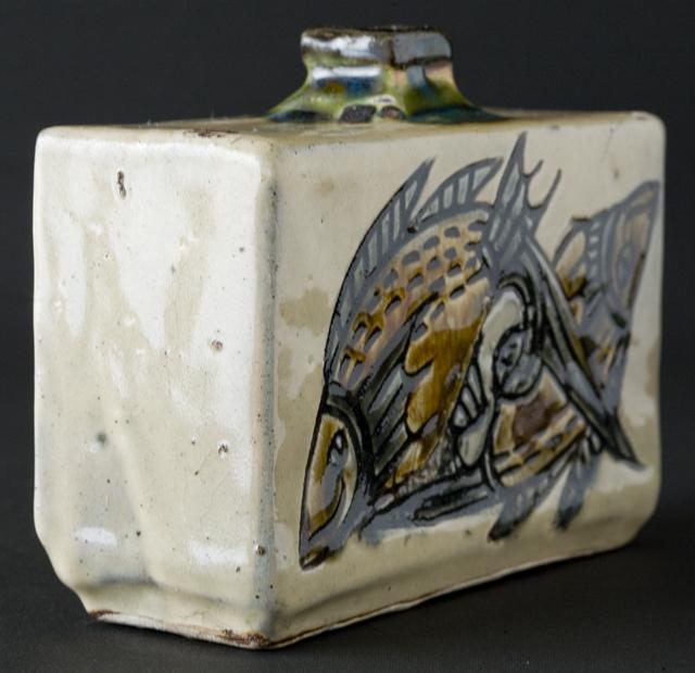 壷屋焼作家「宮城智作」の線彫双魚文角瓶-03