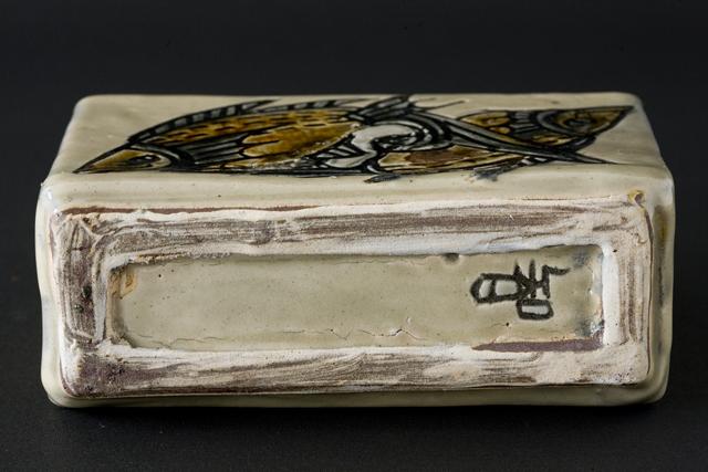 壷屋焼作家「宮城智作」の線彫双魚文角瓶-05