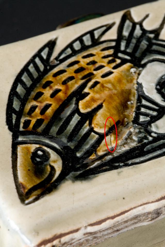 壷屋焼作家「宮城智作」の線彫双魚文角瓶-09a