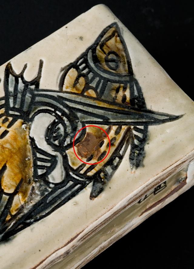 壷屋焼作家「宮城智作」の線彫双魚文角瓶-10a