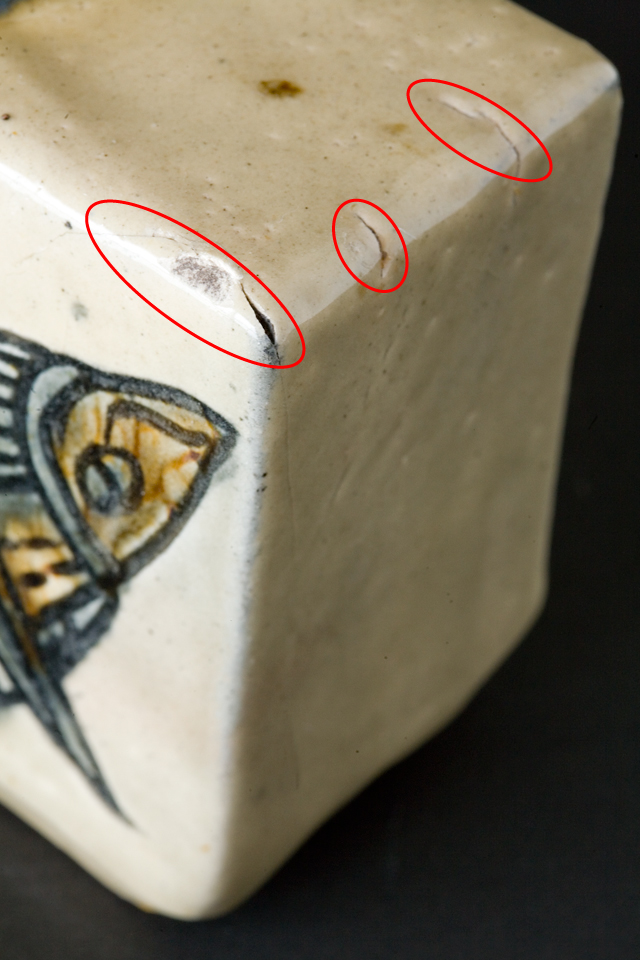 壷屋焼作家「宮城智作」の線彫双魚文角瓶-14a