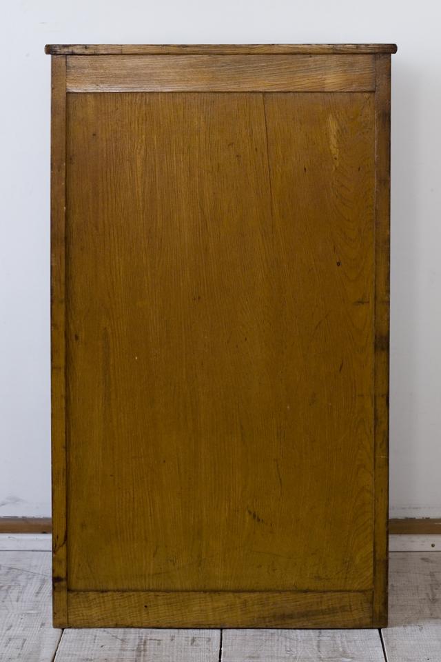 アンティークな古い木製チェスト-04