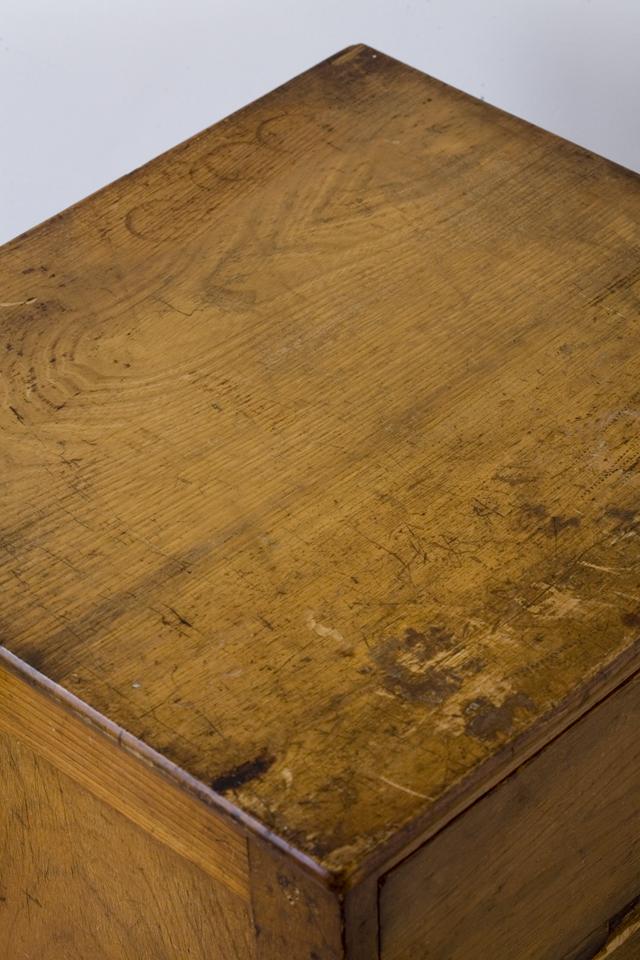 アンティークな古い木製チェスト-08