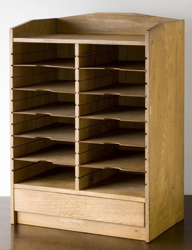 アンティークな古い木製レターケース・カルテ入れ・書類棚・小引出-01