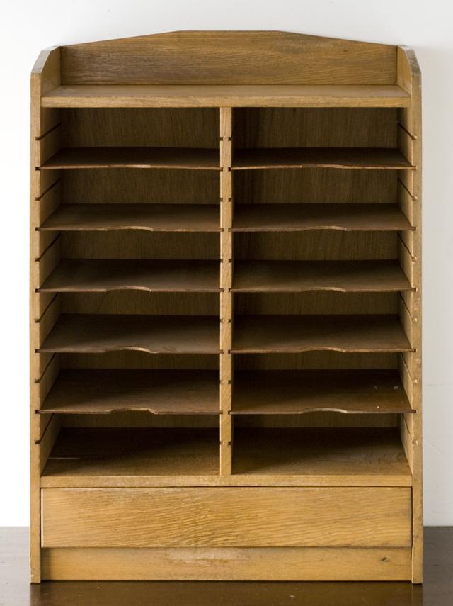 アンティークな古い木製レターケース・カルテ入れ・書類棚・小引出-02