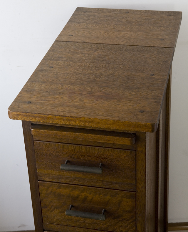 アンティークな古い収納式作業台付スリム木製チェスト-06