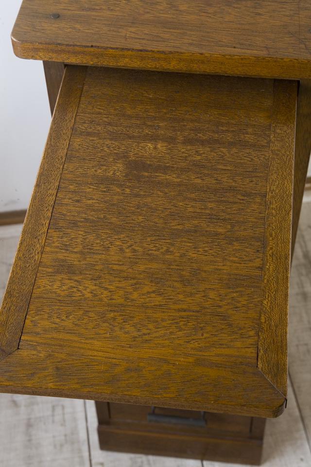 アンティークな古い収納式作業台付スリム木製チェスト-10