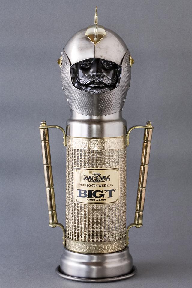 スコッチウイスキー、「BIG T」の英国騎士甲冑ボトルケース-01