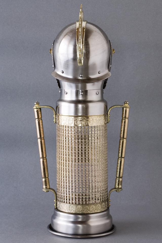 スコッチウイスキー、「BIG T」の英国騎士甲冑ボトルケース-03
