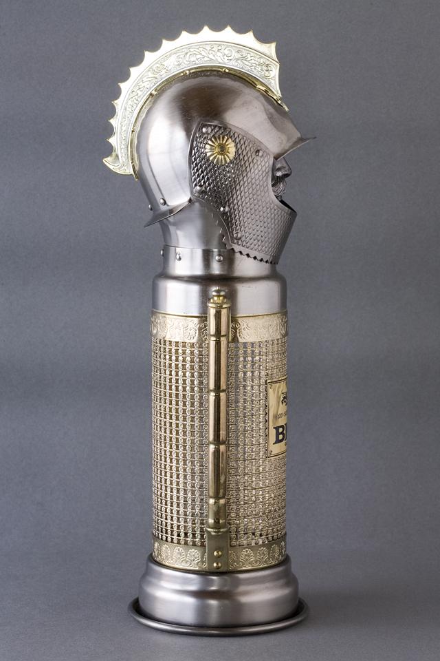スコッチウイスキー、「BIG T」の英国騎士甲冑ボトルケース-04