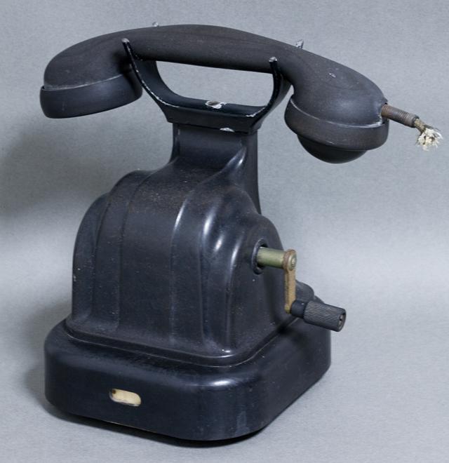 アンティークな古い手回し黒電話-01