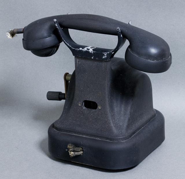 アンティークな古い手回し黒電話-02