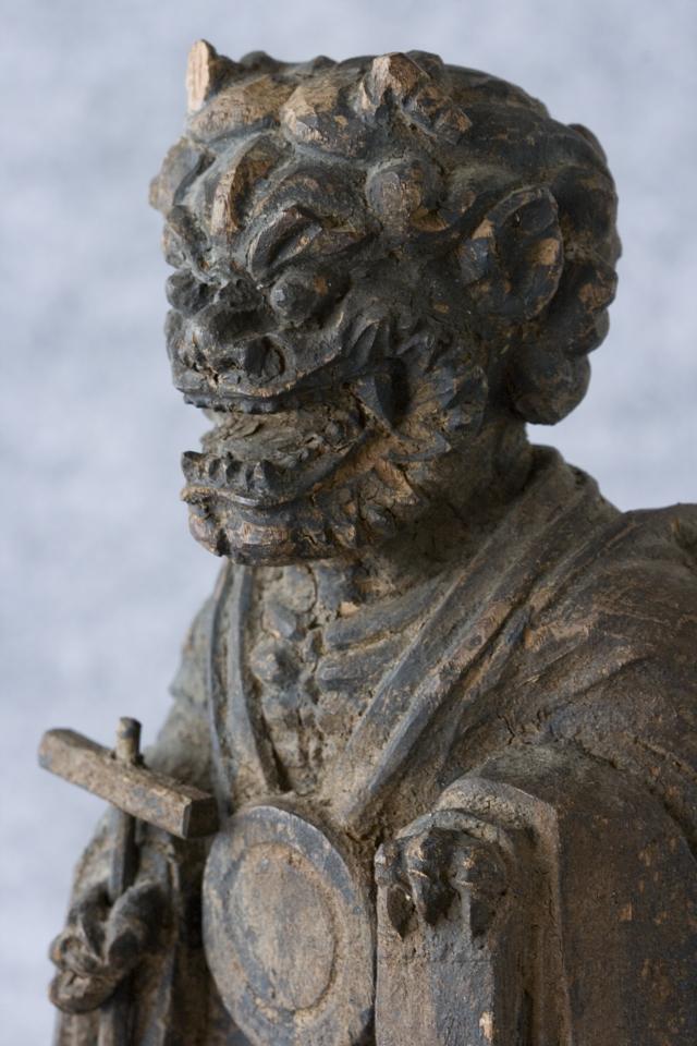 古い鬼の木彫像-11
