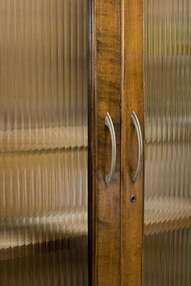 アンティークな古いモールガラスの収納棚-12