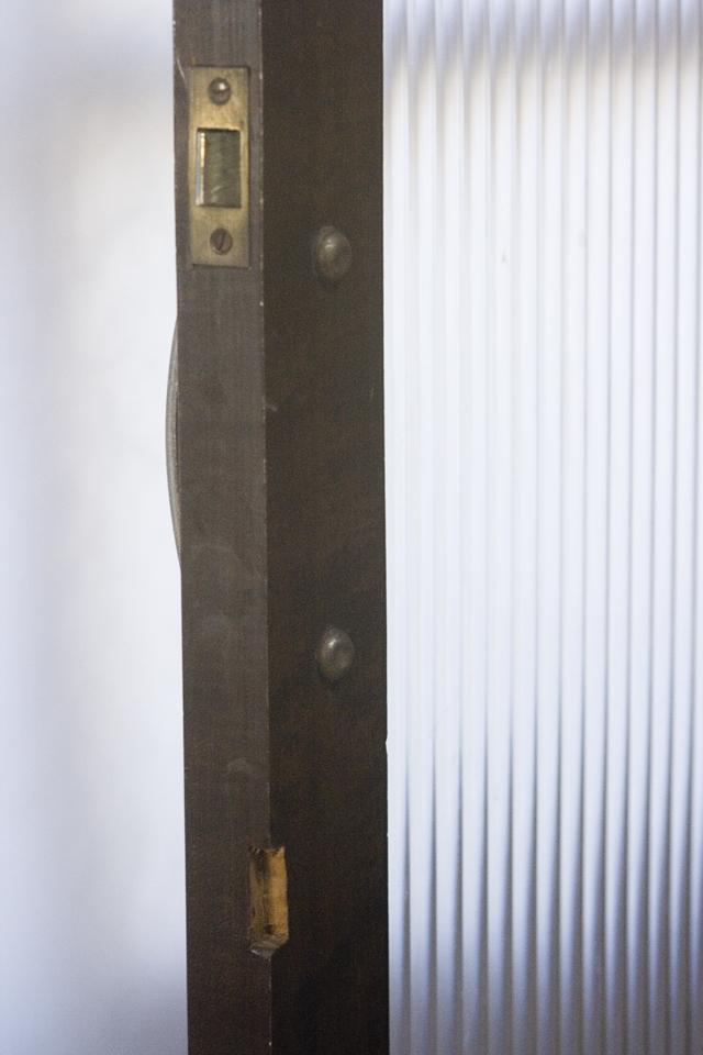 アンティークな古いモールガラスの収納棚-14