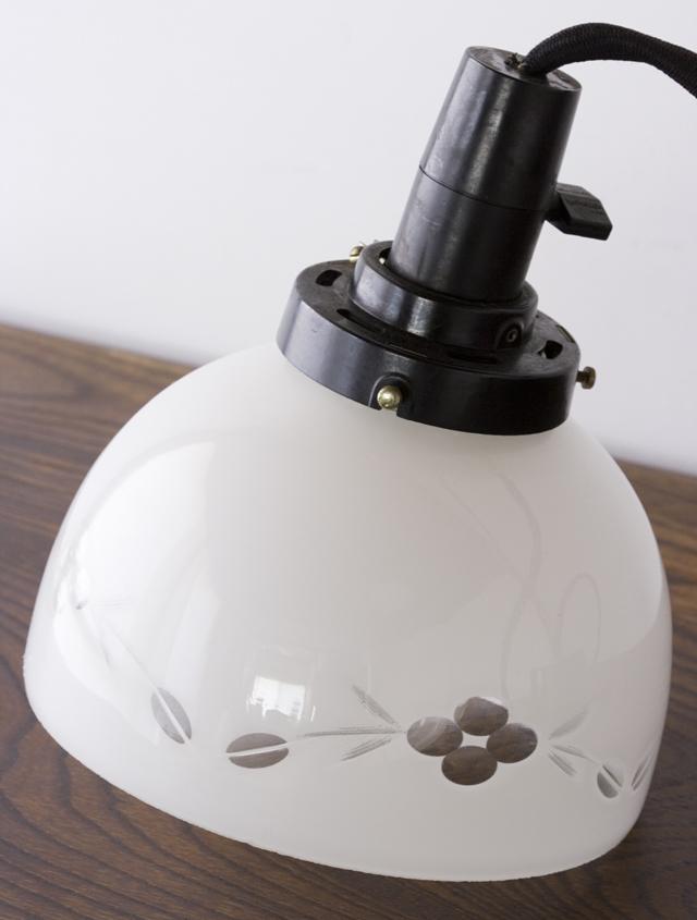アンティークの乳白硝子電笠-03