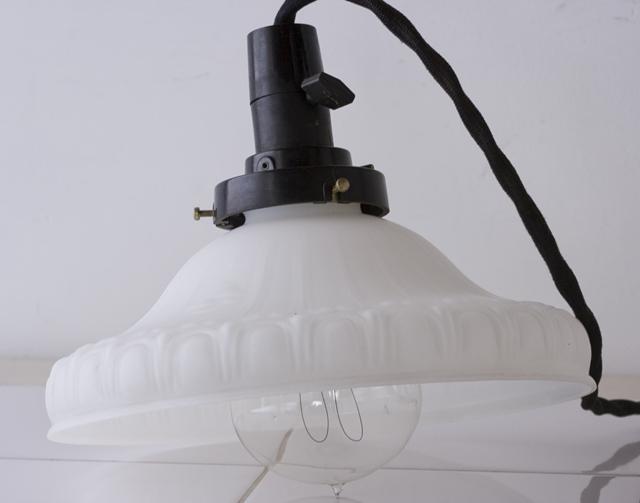 アンティークの乳白硝子電笠-02