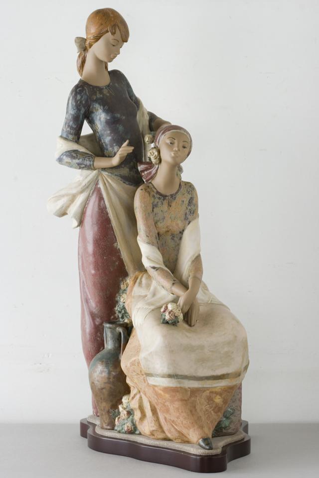 LLADRO:リヤドロの陶磁器人形:大型フィギュリン「12070|COIFFERE:コフレ|髪をすく姉妹」-01