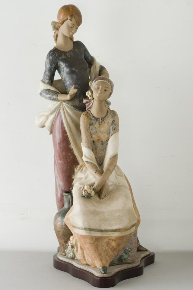 LLADRO:リヤドロの陶磁器人形:大型フィギュリン「12070|COIFFERE:コフレ|髪をすく姉妹」-02