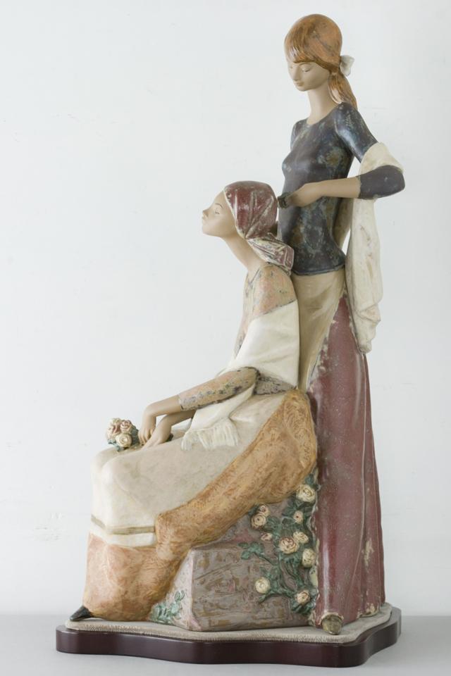 LLADRO:リヤドロの陶磁器人形:大型フィギュリン「12070|COIFFERE:コフレ|髪をすく姉妹」-04