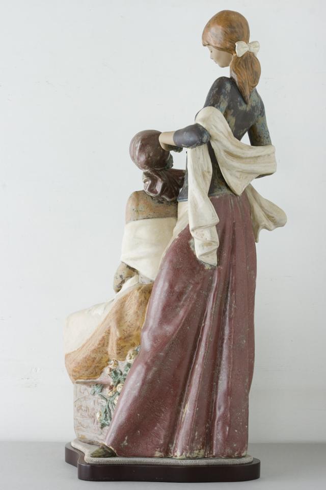 LLADRO:リヤドロの陶磁器人形:大型フィギュリン「12070|COIFFERE:コフレ|髪をすく姉妹」-05