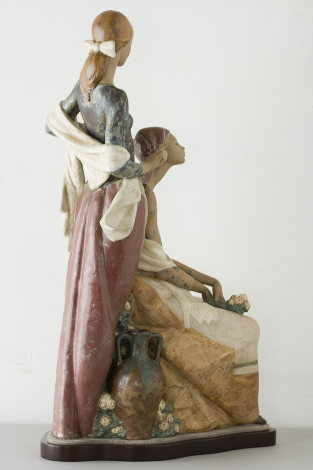 LLADRO:リヤドロの陶磁器人形:大型フィギュリン「12070|COIFFERE:コフレ|髪をすく姉妹」-07