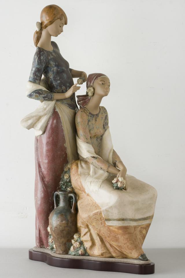 LLADRO:リヤドロの陶磁器人形:大型フィギュリン「12070|COIFFERE:コフレ|髪をすく姉妹」-08