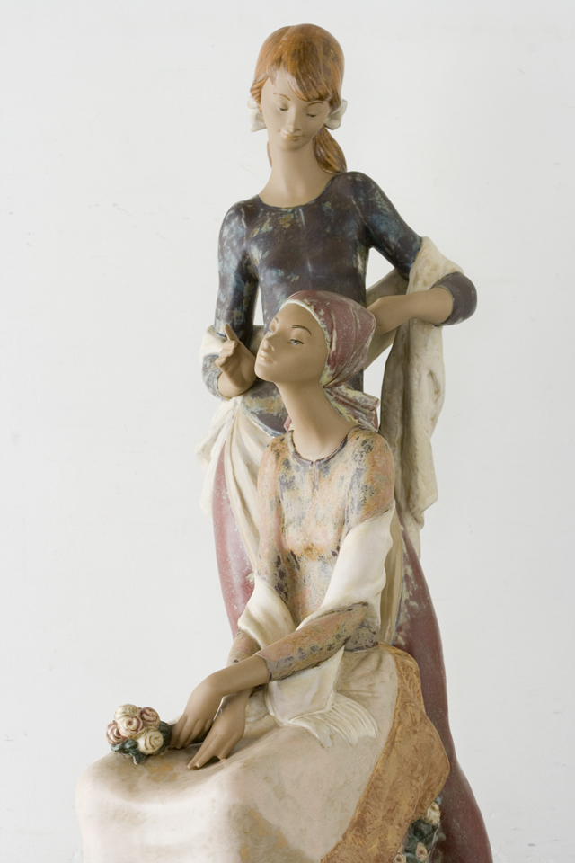 LLADRO:リヤドロの陶磁器人形:大型フィギュリン「12070|COIFFERE:コフレ|髪をすく姉妹」-09