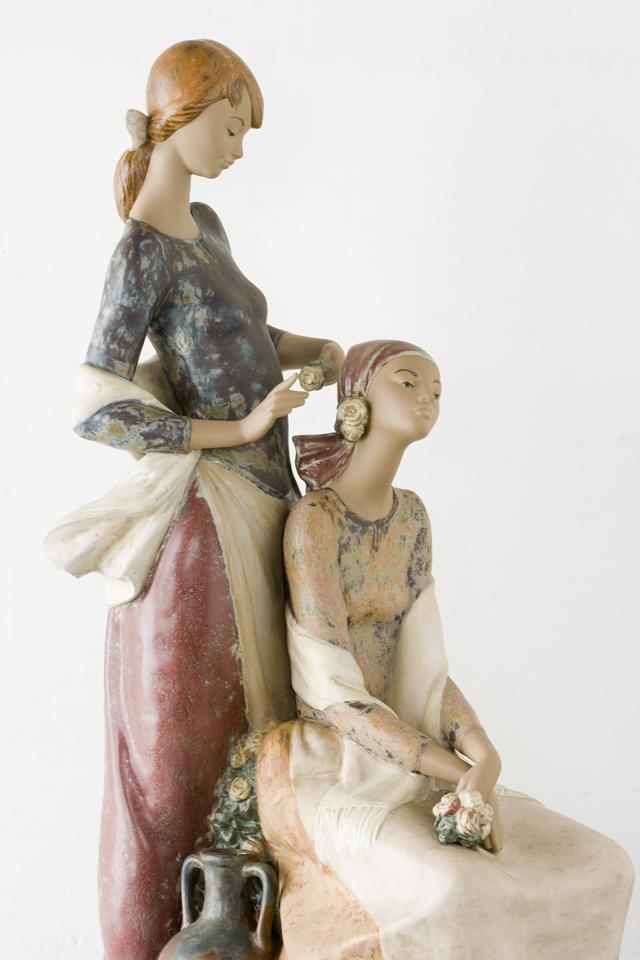 LLADRO:リヤドロの陶磁器人形:大型フィギュリン「12070|COIFFERE:コフレ|髪をすく姉妹」-10