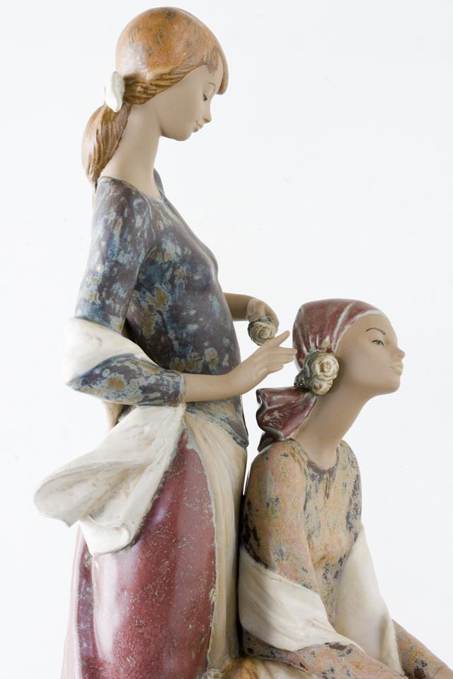 LLADRO:リヤドロの陶磁器人形:大型フィギュリン「12070|COIFFERE:コフレ|髪をすく姉妹」-19