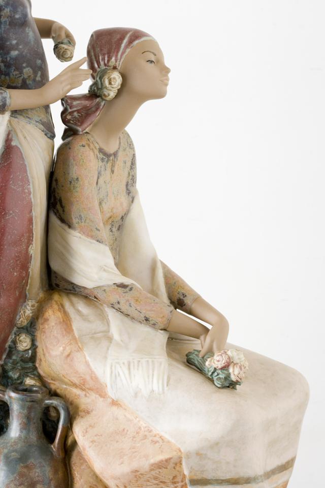 LLADRO:リヤドロの陶磁器人形:大型フィギュリン「12070|COIFFERE:コフレ|髪をすく姉妹」-25