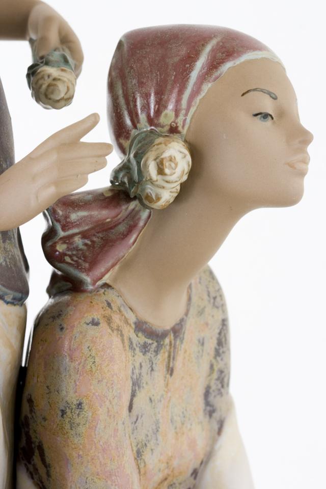 LLADRO:リヤドロの陶磁器人形:大型フィギュリン「12070|COIFFERE:コフレ|髪をすく姉妹」-26