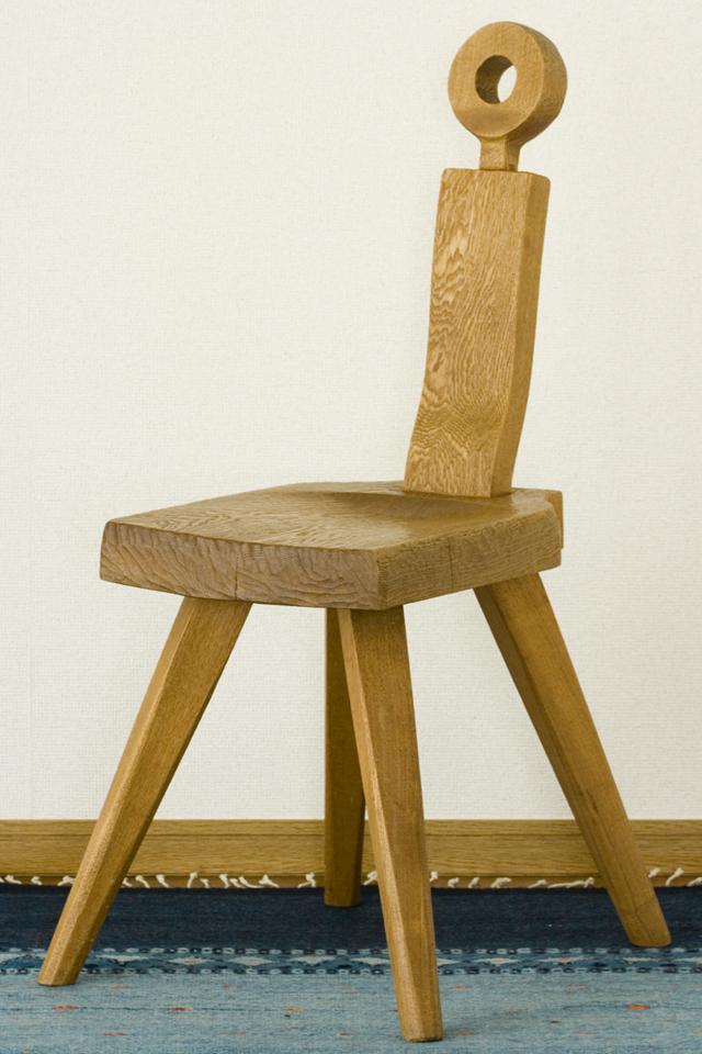 プリミティブなデザインの木製チェア-01