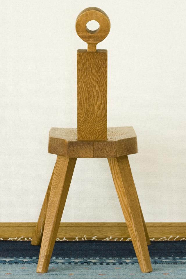 プリミティブなデザインの木製チェア-05