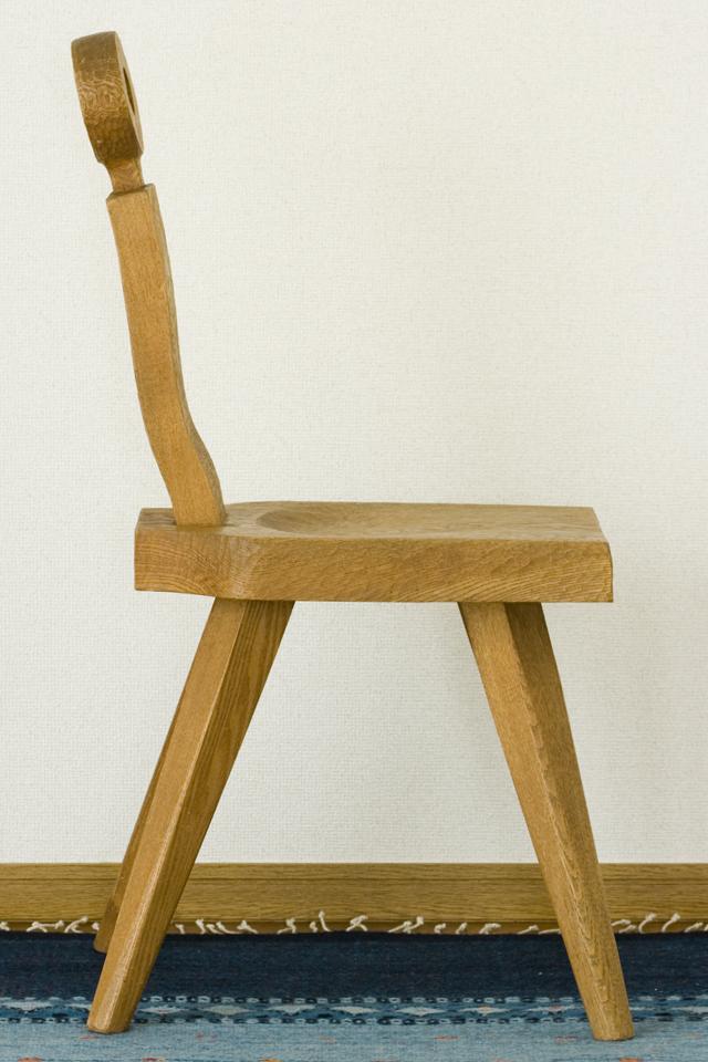 プリミティブなデザインの木製チェア-06