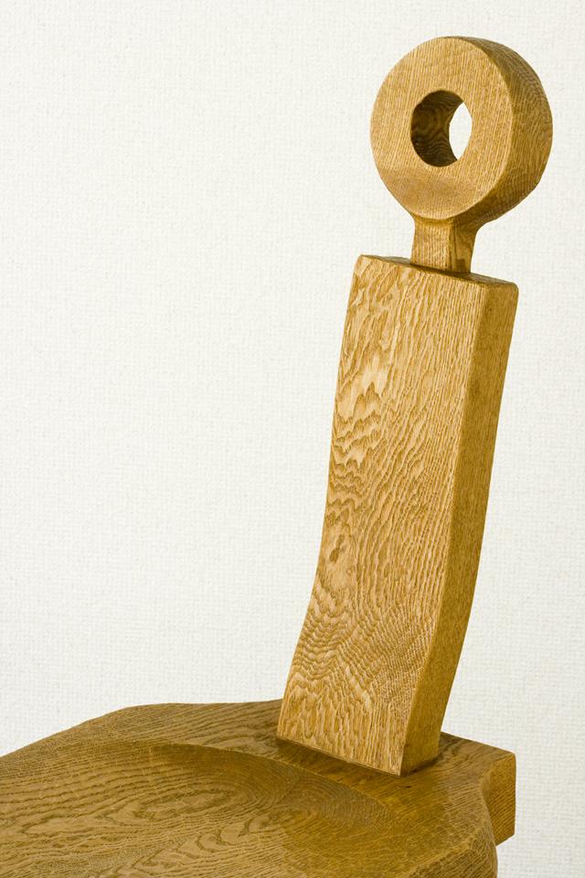 プリミティブなデザインの木製チェア-07