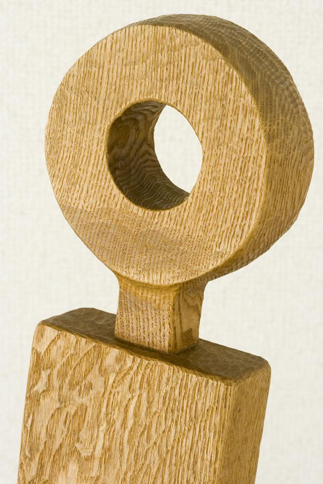 プリミティブなデザインの木製チェア-08