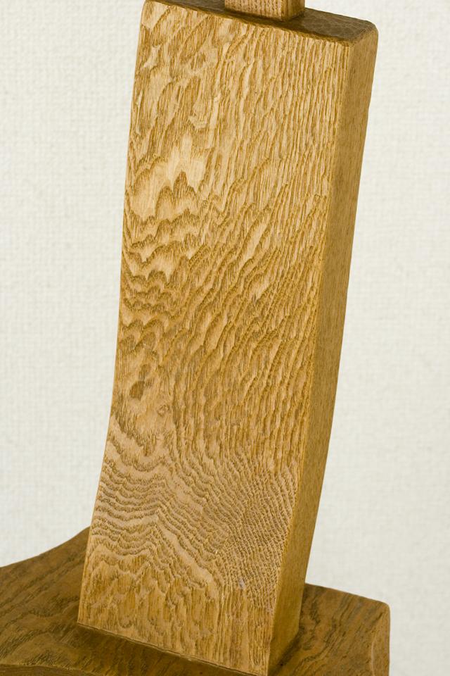 プリミティブなデザインの木製チェア-09
