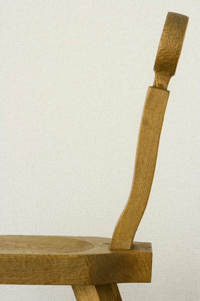 プリミティブなデザインの木製チェア-10