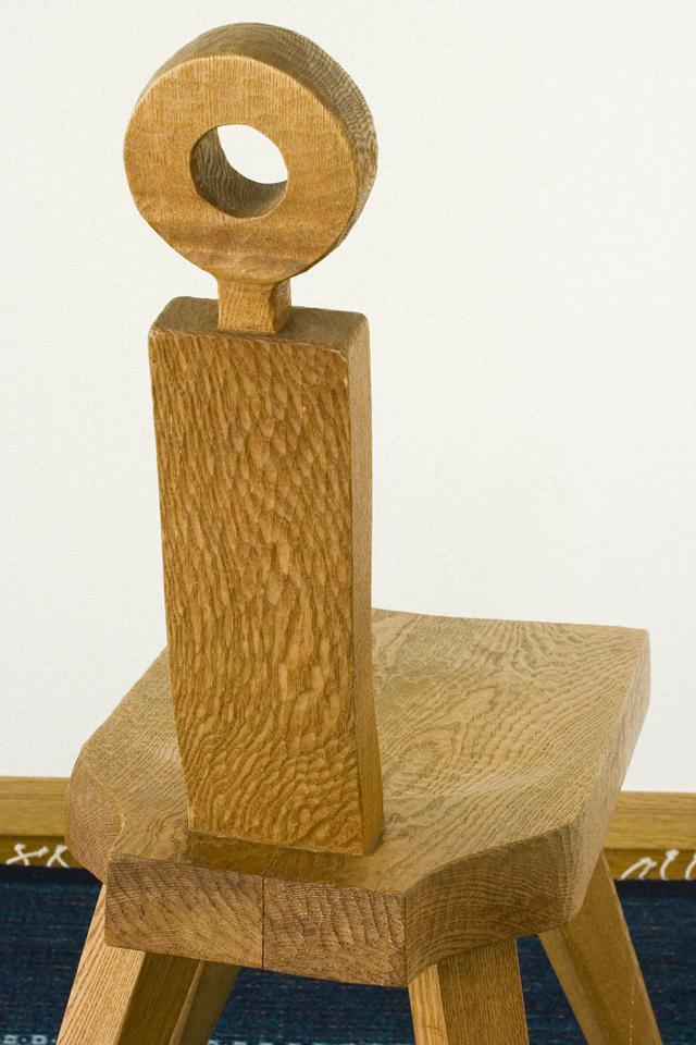 プリミティブなデザインの木製チェア-11