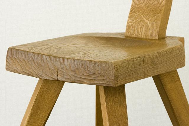 プリミティブなデザインの木製チェア-12