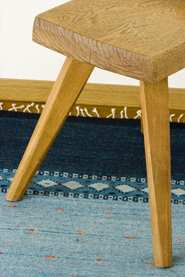 プリミティブなデザインの木製チェア-13