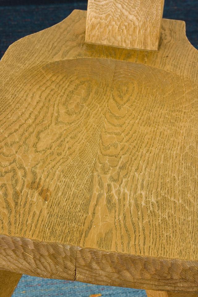 プリミティブなデザインの木製チェア-15