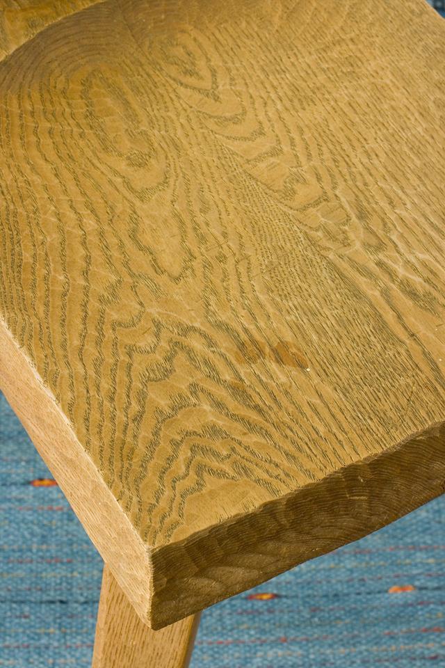 プリミティブなデザインの木製チェア-17