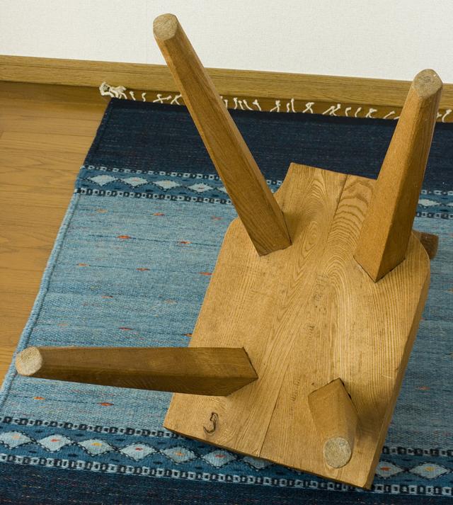 プリミティブなデザインの木製チェア-18