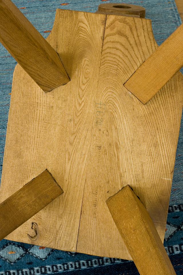 プリミティブなデザインの木製チェア-19