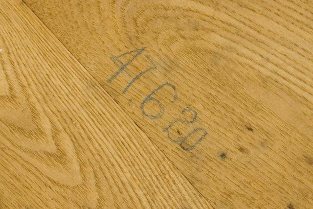 プリミティブなデザインの木製チェア-20