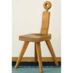 プリミティブなデザインの木製チェア